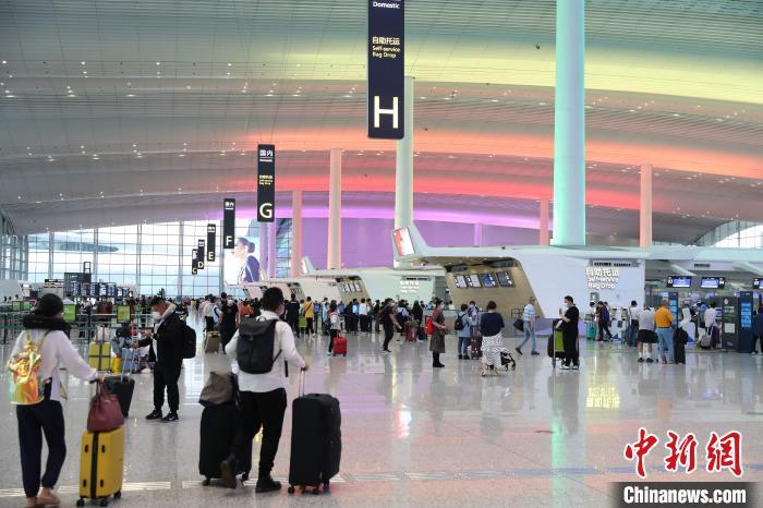 """""""五一""""出行热度高 广州白云机场预计运客超85万人次"""