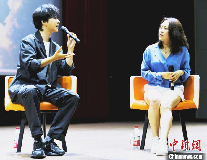 演员黄柏煊(左)与《狄仁杰之焚天异火》制片人刘艳(右)对谈。 海鸥 摄