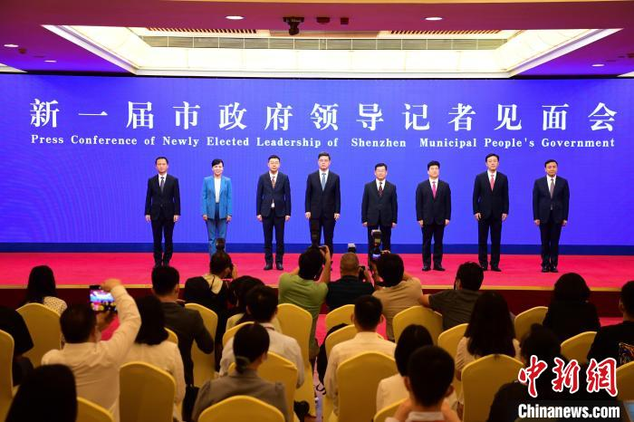 新一届深圳市政府领导记者见面会。 陈文 摄