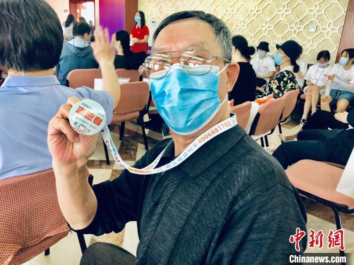 """这位79岁的老人称,他想成为""""智慧助老""""公益行动志愿者,力所能及地为他人提供帮助。 王祖敏 摄"""