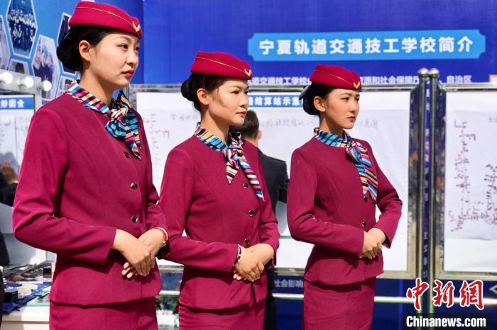 宁夏轨道交通技工学校列车乘务专业学生展示风采。 李泽阳 摄