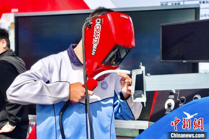 宁夏职业技术学院学生现场操作智能虚拟喷绘教学实训系统。 李泽阳 摄