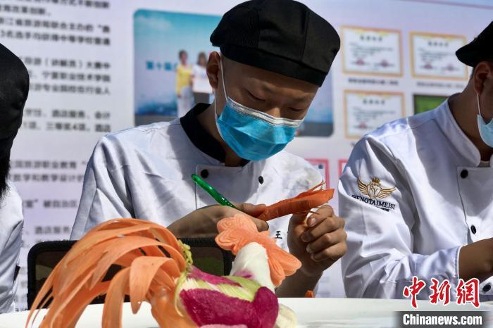 宁夏工商职业技术学院厨师专业学生展示雕花工艺。 李泽阳 摄