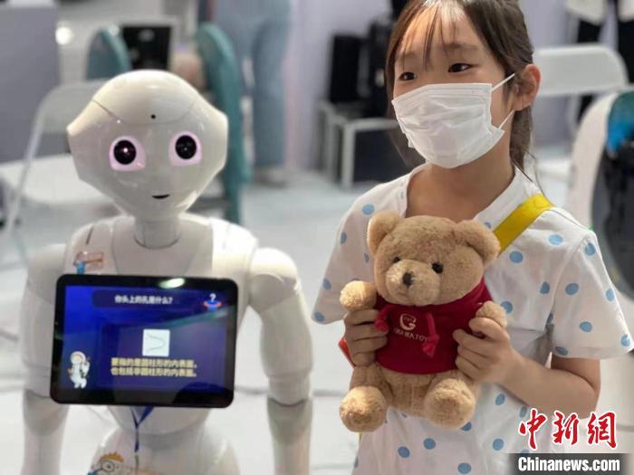 """北京科技周展出上百项成果 科普机器人""""小科""""受关注"""