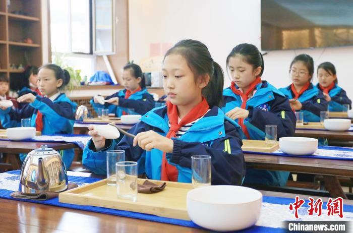 图为安西路小学学生学习茶艺。 高展 摄