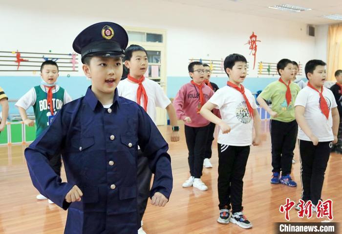 图为安西路小学学生正在上京剧课。 高展 摄