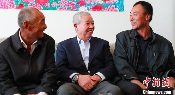 """国际奥委会副主席于再清走访当地农户 """"为奥运喝彩""""组委会供图"""