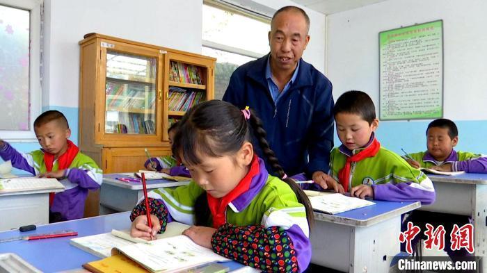 """青海山村教师盛清章 """"一人一校""""带病坚守26年"""