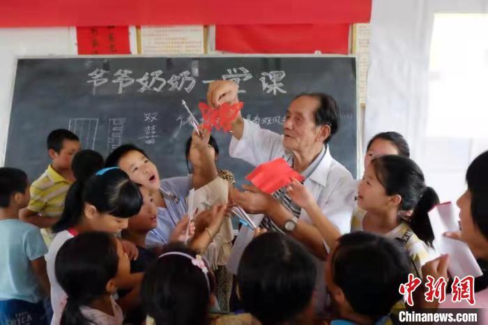 """""""爷爷奶奶一堂课""""发起人:让心怀世界的孩子脚下有根"""
