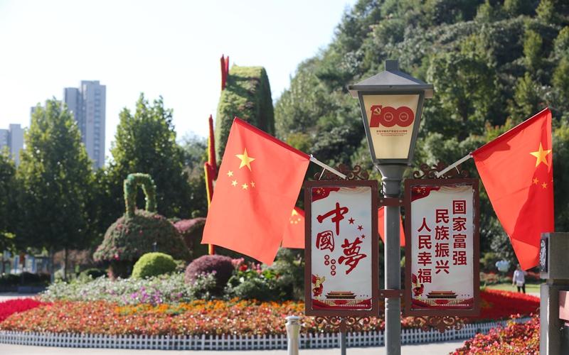 """喜迎国庆 祝福祖国 湖北十堰满城洋溢""""中国红"""""""
