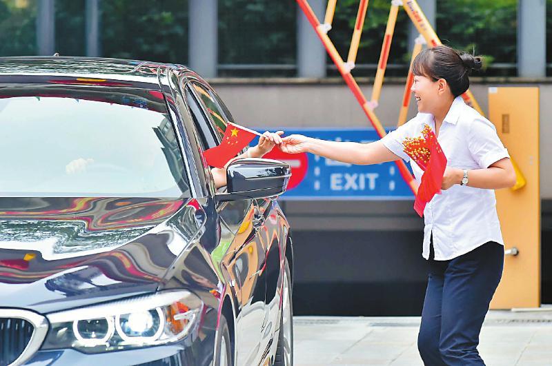 四川:欢乐假日祝福祖国 最美不过中国红